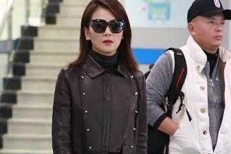 刘涛去度假造型真时尚,穿白T恤配收脚裤,挂条丝巾显高贵