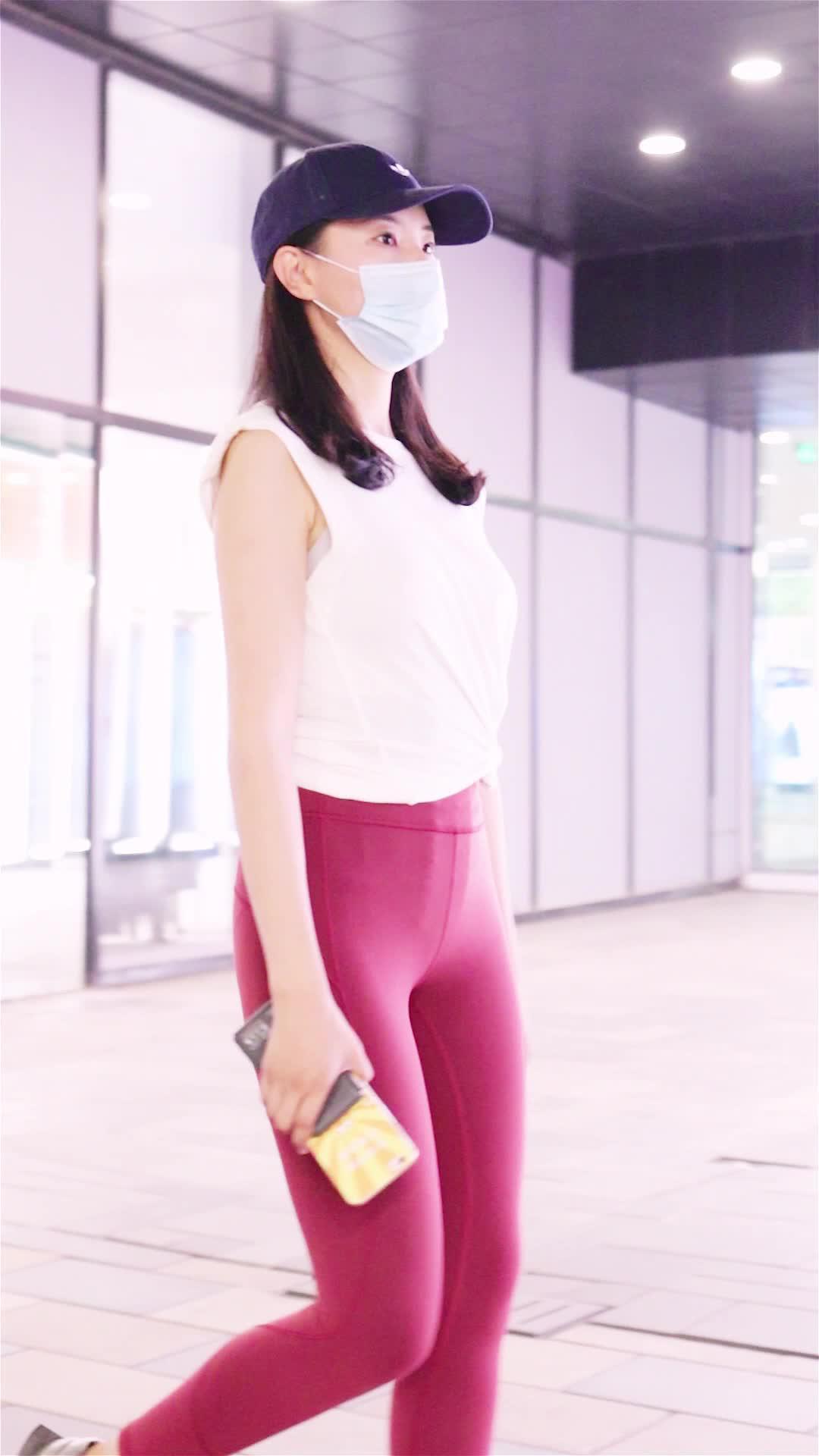 舞蹈系小姐姐换上新入的瑜伽裤,修身提臀显身材,真棒!