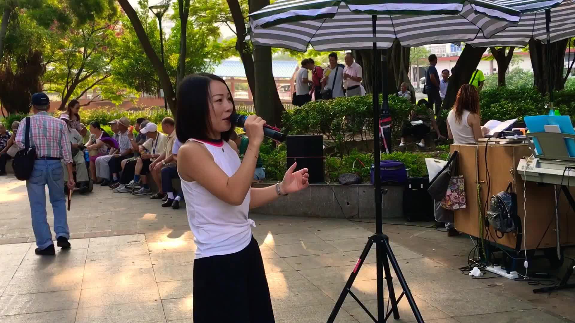 街头艺人乐儿演唱粤语老歌《倩影》太好听了