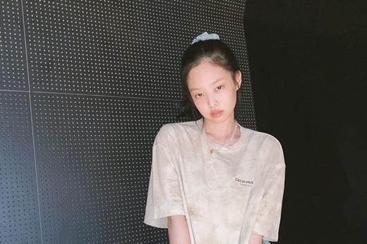 BLACKPINK成员JENNIE社交网站发近照