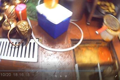 镜头后的上海网红餐厅哥老官:员工赤手摆弄成品菜,铜壶紧挨下水道