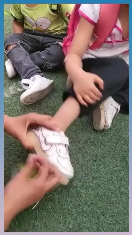 小女孩鞋底掉了,老师想出小妙招,但不能沾水!