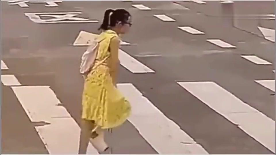受伤女孩过马路,被汽车催促,热心大姐的那霸气的一指帅死了