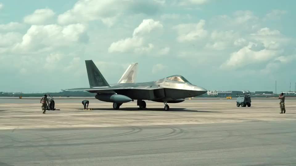 差别待遇!美用F16模拟苏57进行假想敌演练,歼20却出动4架F22