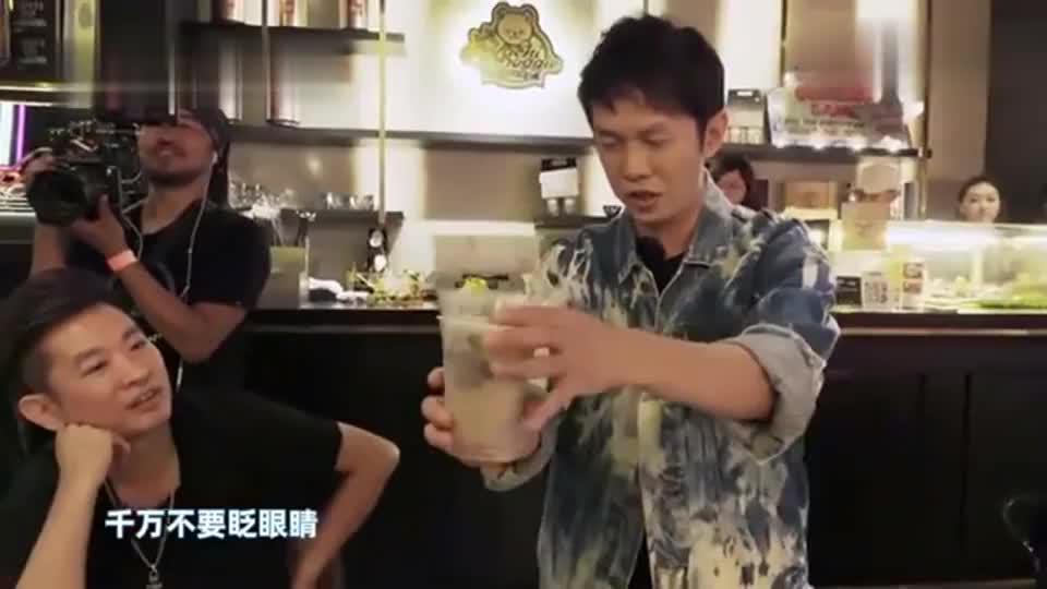 陈冠霖不愧是世界级魔术师,两杯奶茶带动全场,周杰伦都看蒙了!