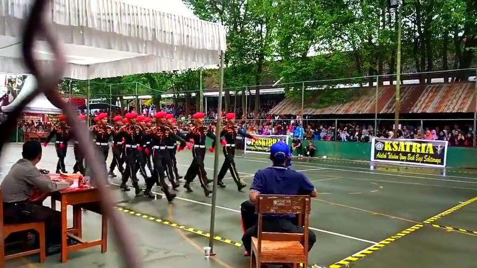 印度尼西亚士兵走正步,这个帅气的转身迷倒一大片少女