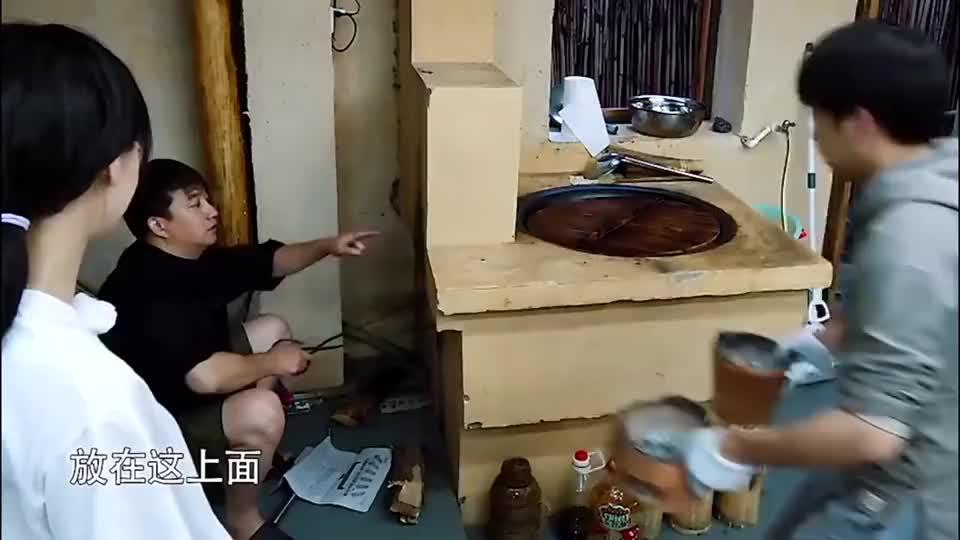 杨颖想劈柴,何炅彭昱畅主动给刘宪华创造机会,好逗