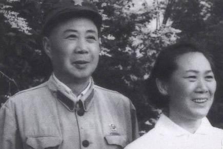 红军时他就是师长,55年只授大校,他的通讯员却授中将衔,为何?