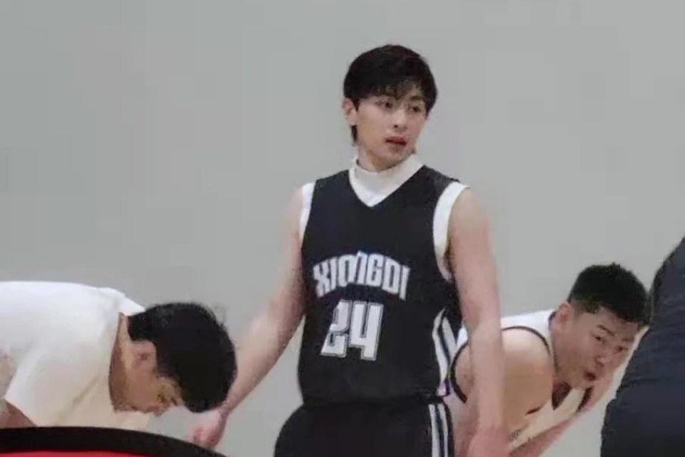 网友偶遇邓伦打篮球,真的太接地气了,这个肌肉线条太绝了!