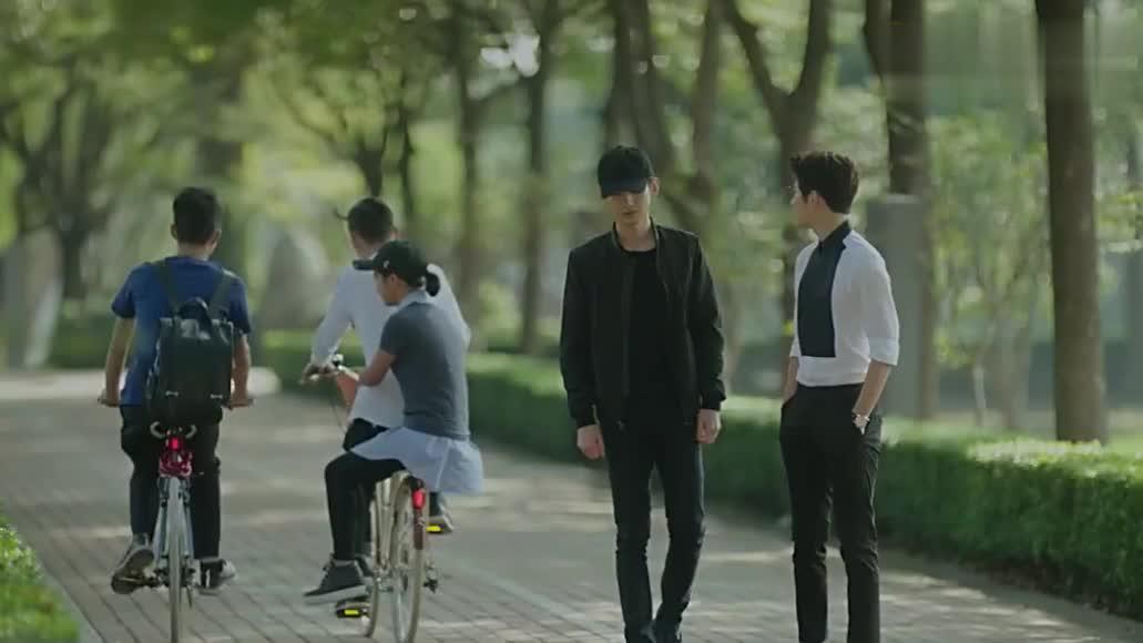 陆之昂出狱,傅小司带他骑自行车,两人仿佛回到了高中时代