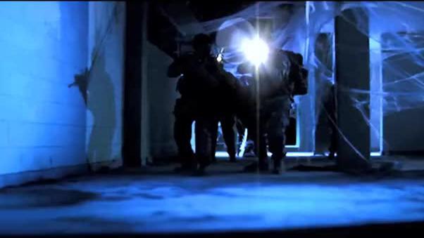 特工意外闯入暗道内,却没想到暗道中深藏巨型蜘蛛,这下麻烦大了