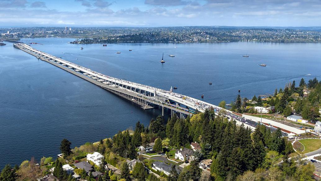 美国制造全球最长浮桥,用了上万吨钢筋水泥,却能浮在水面!