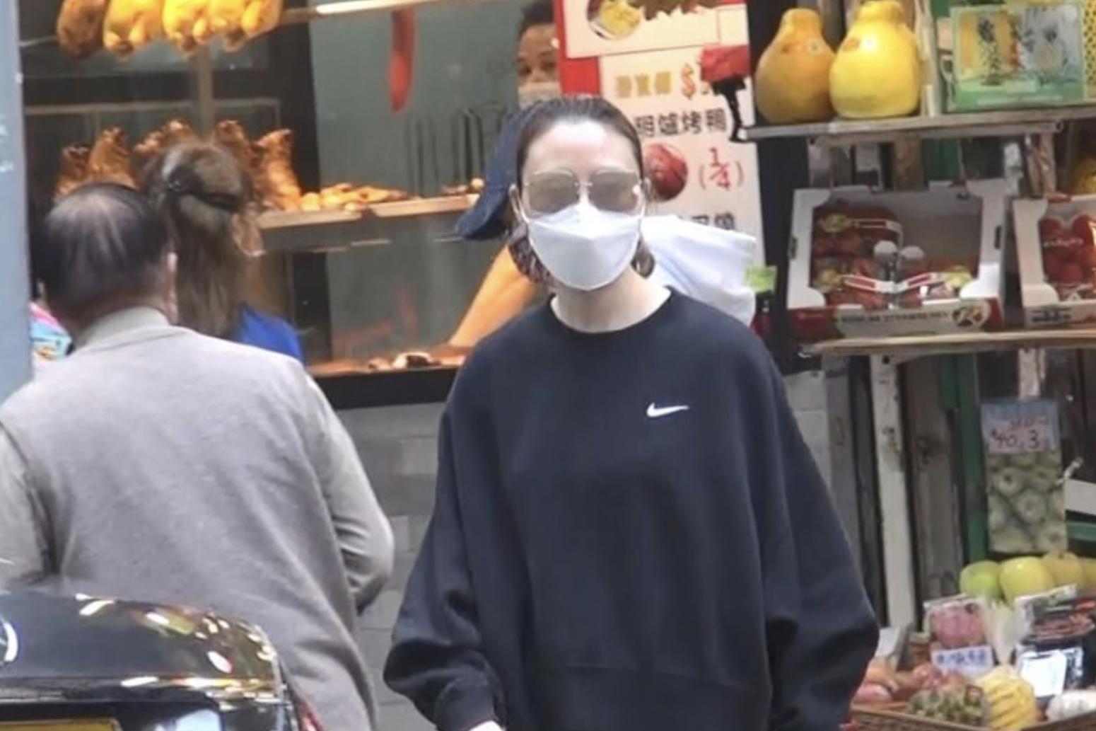 67岁陈婉珍罕见露脸,携何超云菜市买菜,母女打扮质朴仍难掩气质
