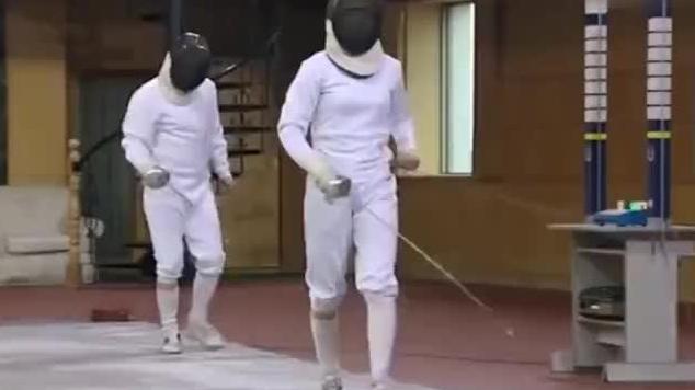 香港小伙炫剑术嘲大陆女孩,哪料女孩出手秒杀他:我只是区代表