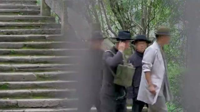 特工寻找日军电台位置,怎料一看放哨人穿着,立马识破真实身份!