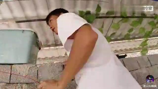 枫枫和炒饭给鱼池喷泉装电,两人做啥都要抬杠,死不认输太搞笑了
