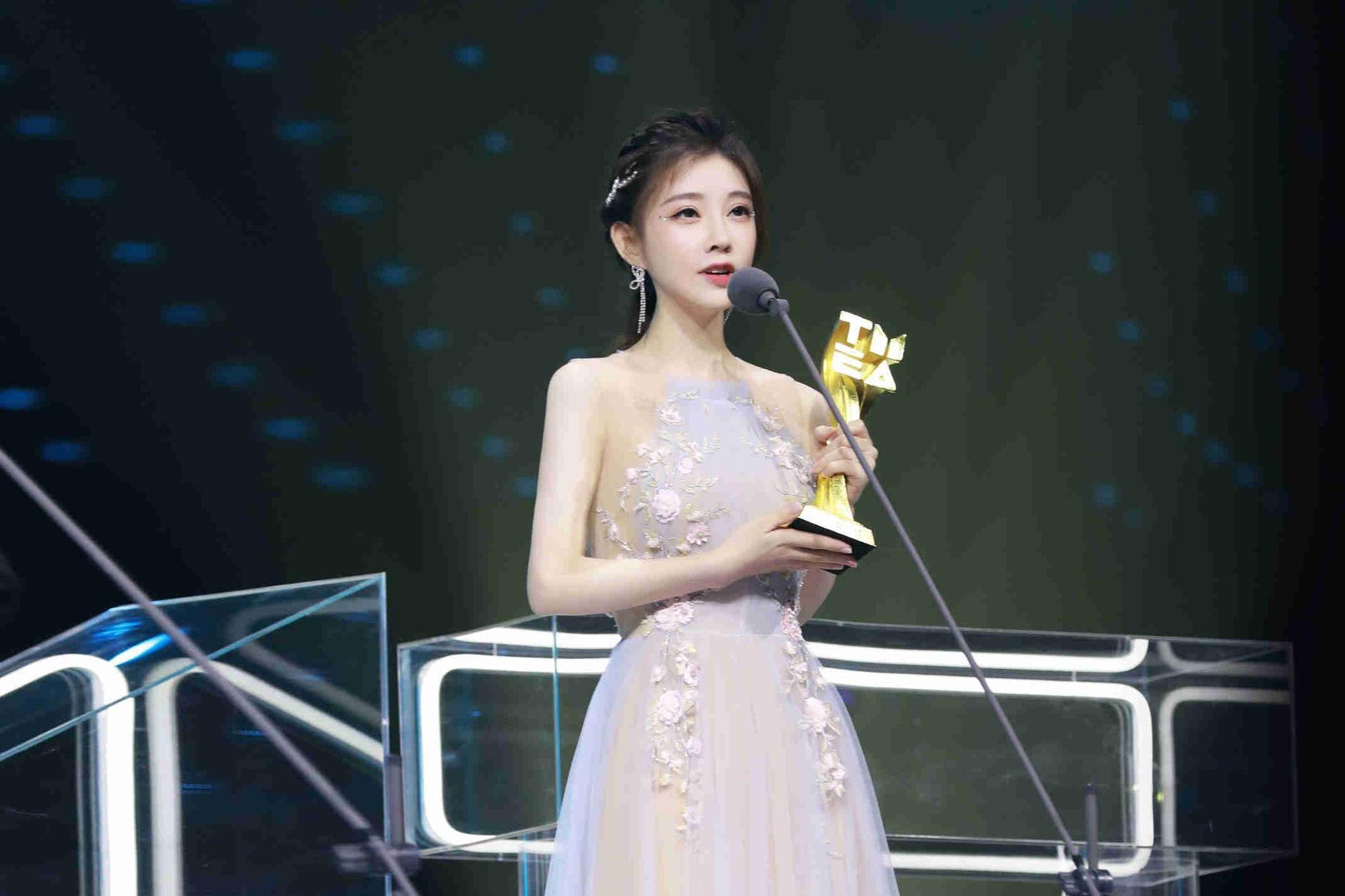 冯提莫鹅黄色纱裙出席音乐盛典 获年度突破艺人称号