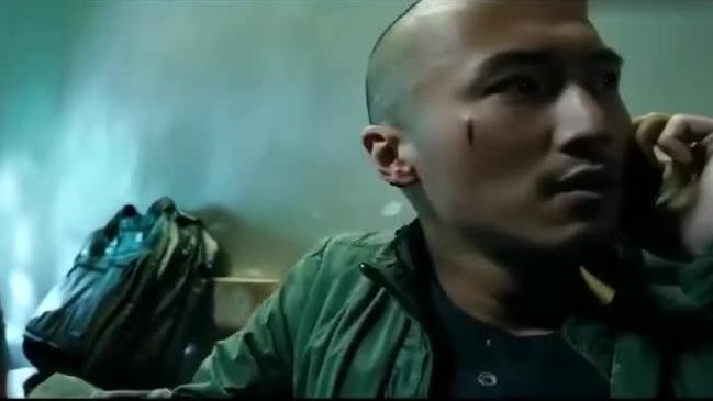 线人正和警官在家见面,没想到同伙敲门,警官只能藏卫生间了