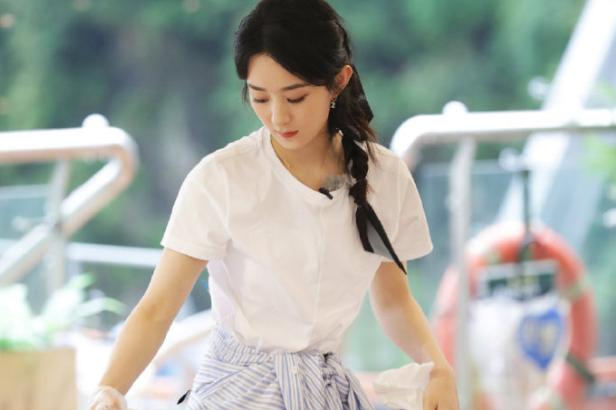《中餐厅》赵丽颖担任财务经理,斜马尾超温柔,巴掌脸令人羡慕