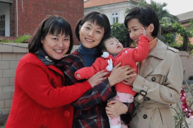 弃养高位截瘫养子,送女儿出国,被500位导演封杀的李菁菁今怎样