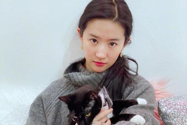 刘亦菲晒生活照,素颜出镜引热议,网友调侃:什么丑照都发