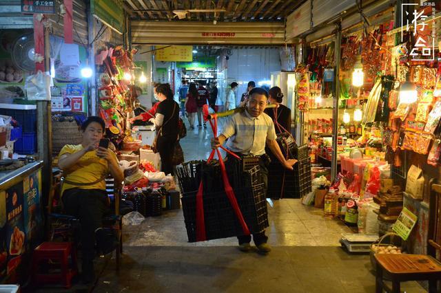 重庆渝中区的城中村:龙蛇混杂的菜园坝,摩的和算命人纠缠不清