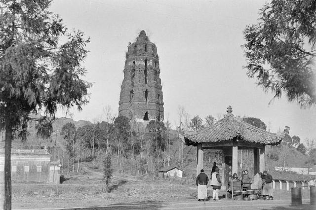 一百年前杭州:雷峰塔即将倒塌,岳飞墓完好,秦桧跪像加装了栅栏