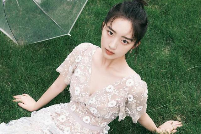 邓恩熙就是15岁小姑娘,穿波点复古连衣裙,秀一字锁骨清纯甜美