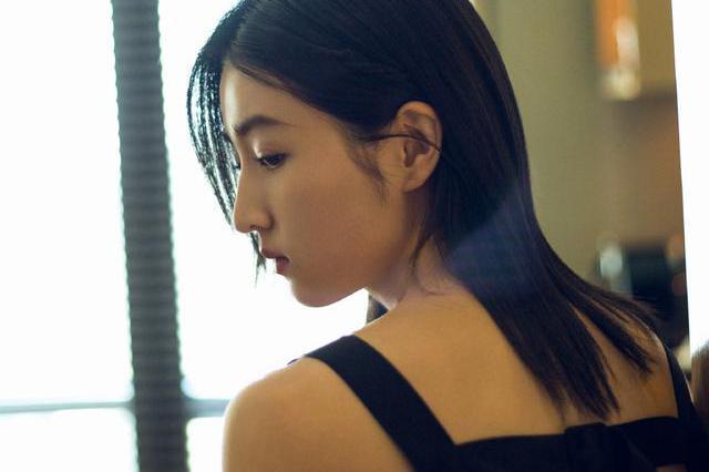 张子枫剪短发后变成熟了,穿黑色吊带配花苞裙,尽显成熟女人味