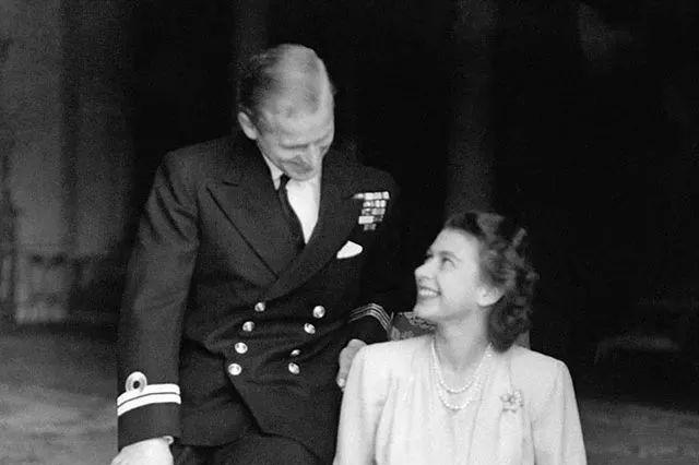 英国女王与菲利普亲王的20多张甜蜜合影,像童话一样美好