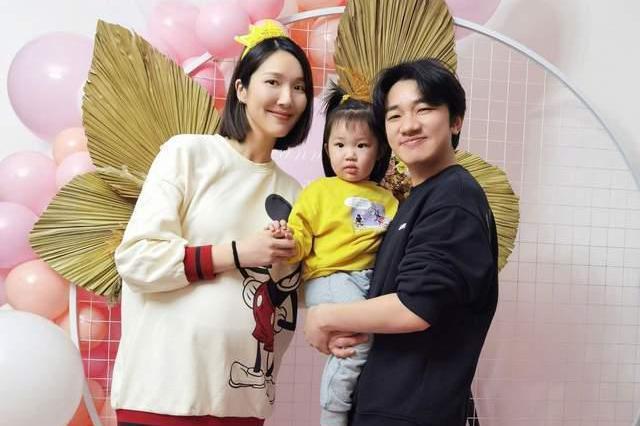 李亚男晒全家福庆生,蔡少芬孙耀威皆到场送祝福,八个月孕肚抢镜