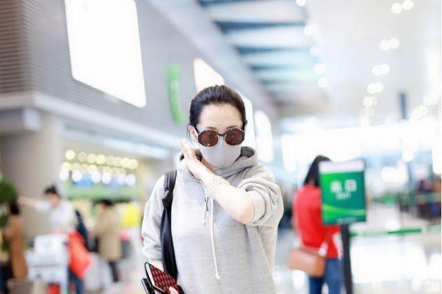许晴走机场懒得打扮,紧身裤外面直接套裙子,看着松垮,却挺显瘦