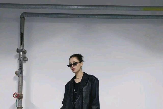 钟楚曦私服,性感又酷飒的黑色系穿搭,停车场也能拍出酷感大片