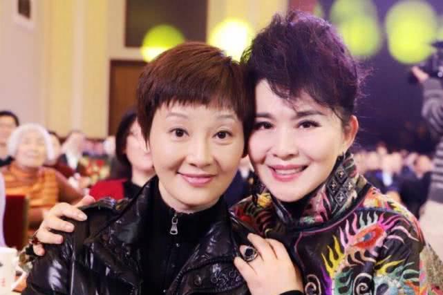 端庄大气的美女主持人,曾嫁给导演尤小刚,如今50多岁却孑然一身