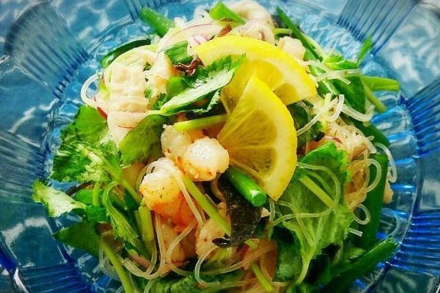 炎炎夏日,来份虾仁米线减肥沙拉大餐,不油腻,清爽口感好