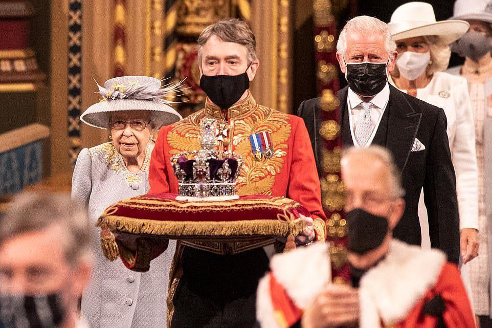 女王公务首次摘下王冠,一对水蓝胸针表初心,18岁生日礼物陪伴