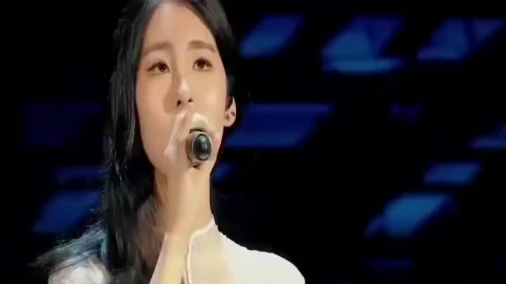 张碧晨穿白裙现身金曲捞,动情演绎歌曲,引全场欢呼