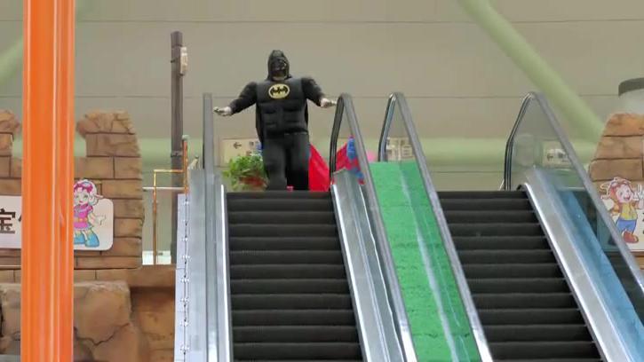 疯狂熊孩子:这么胖的超人和蝙蝠侠,难得一见啊,英雄形象尽毁了