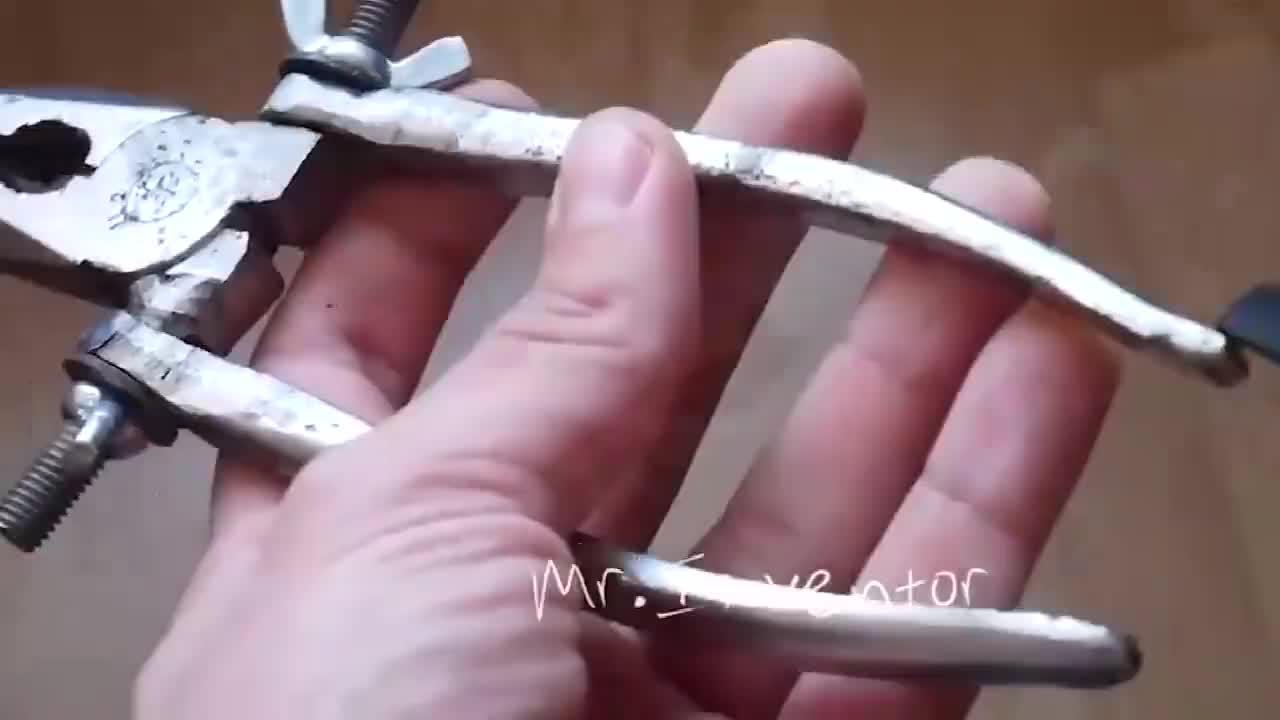 小伙把老虎钳手柄锯断焊上两个螺丝,你觉得实用吗?