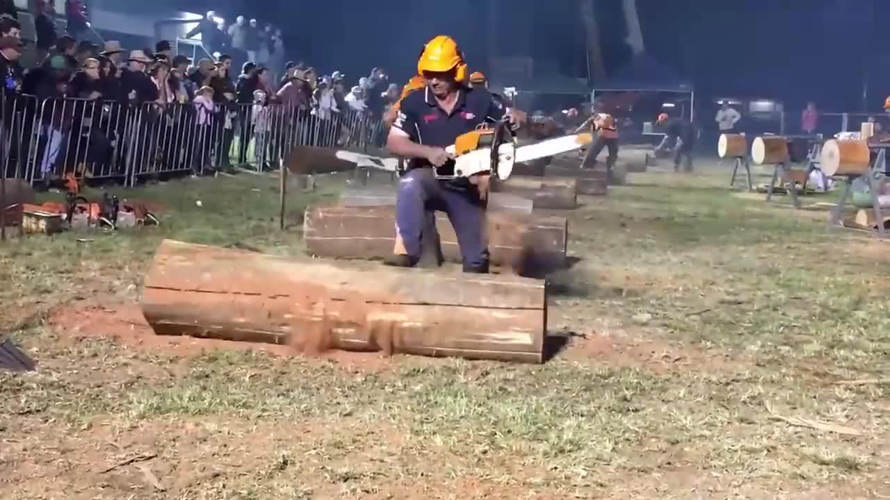电锯切割圆木比赛,考验力量的时候到了