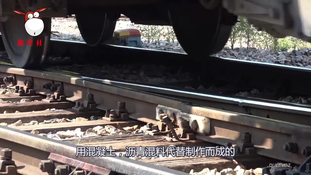 同样是铁轨,为什么火车轨道下面要铺碎石子,而高铁轨道下却没有