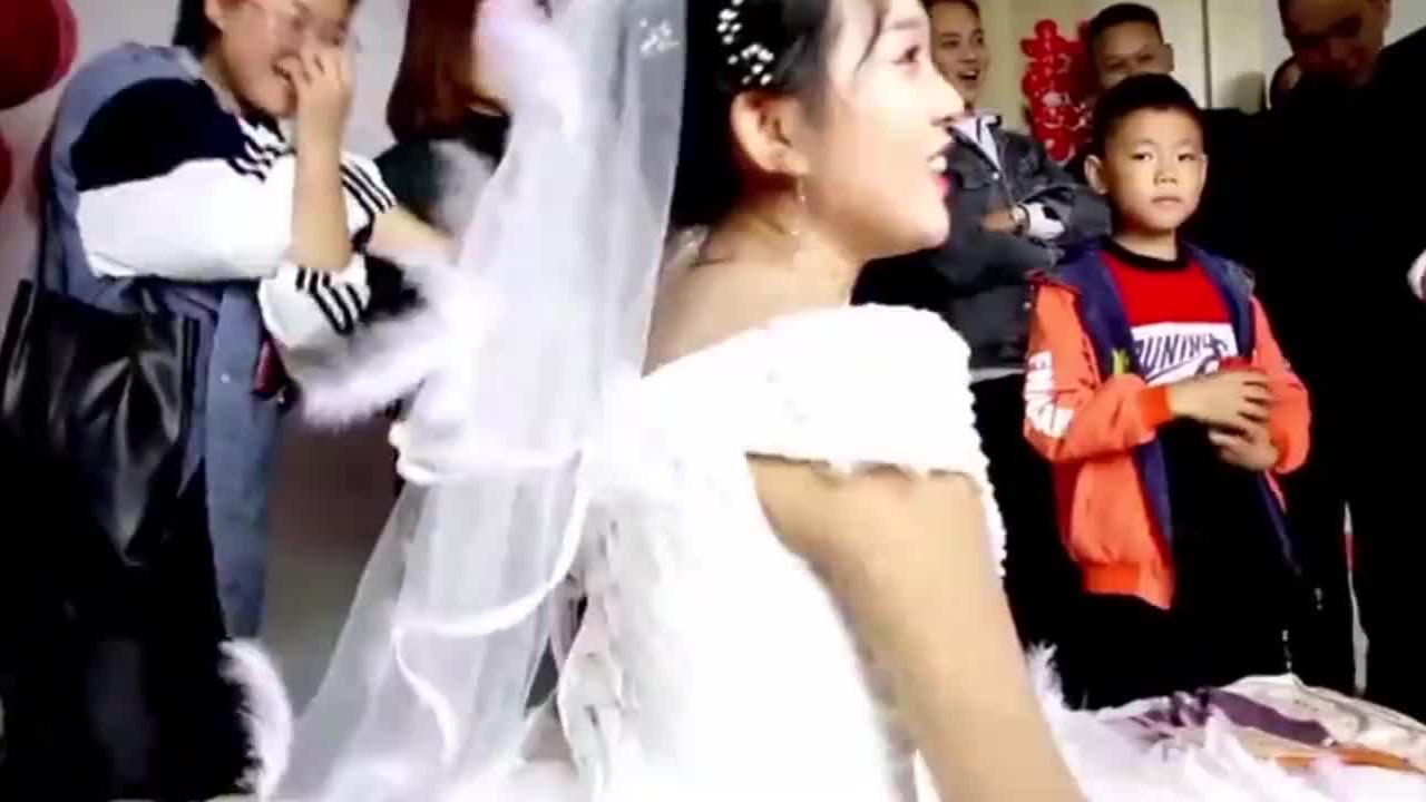 贵州遵义一木房人家乖乖女出嫁,出门往后扔一把筷子,是啥习俗