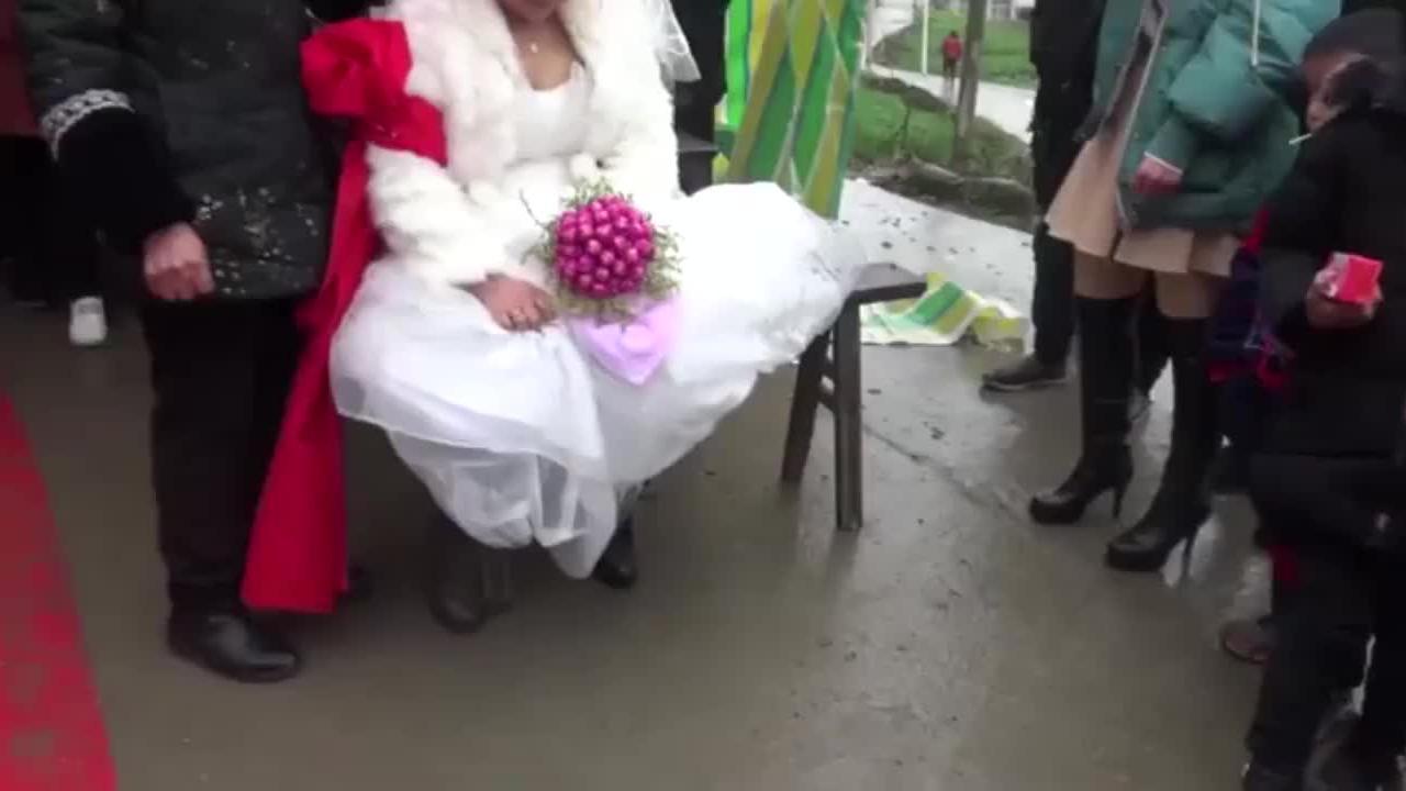 贵州遵义农村小伙结婚,新娘进家习俗好传统,头回见