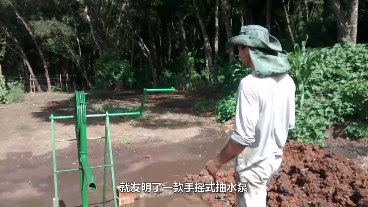 """农村小哥发明""""手摇式""""抽水泵,一天浇灌5亩地,农村浇地很实用"""