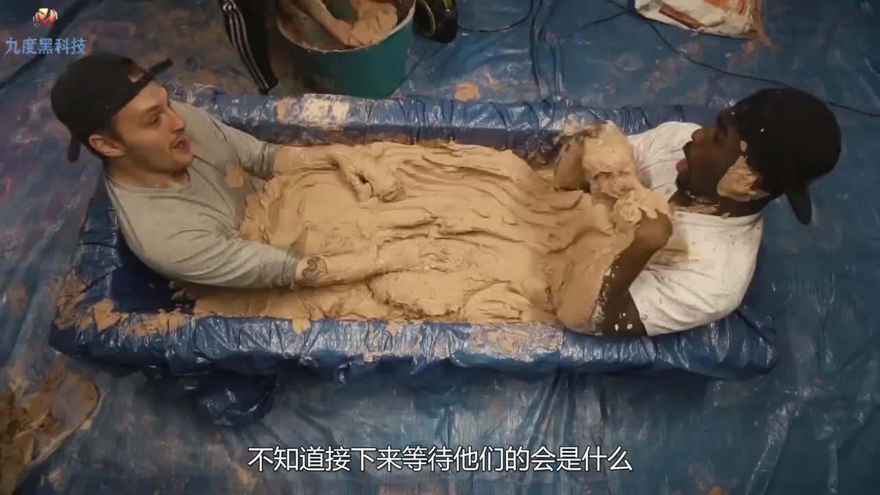 用泥土将自己封在浴缸里一夜会怎样?网友:最佳的脱毛方式呀!