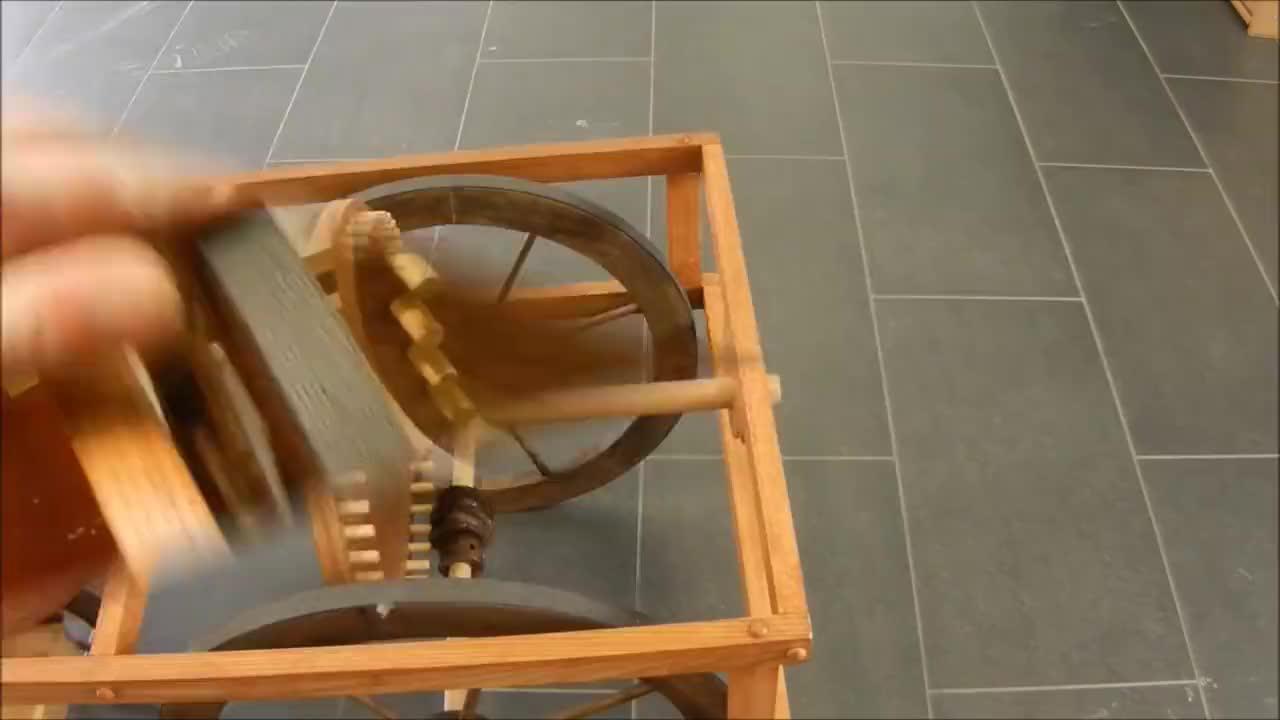 达芬奇手稿里的机械装置,小伙按照比例做成模型展示,都是天才啊