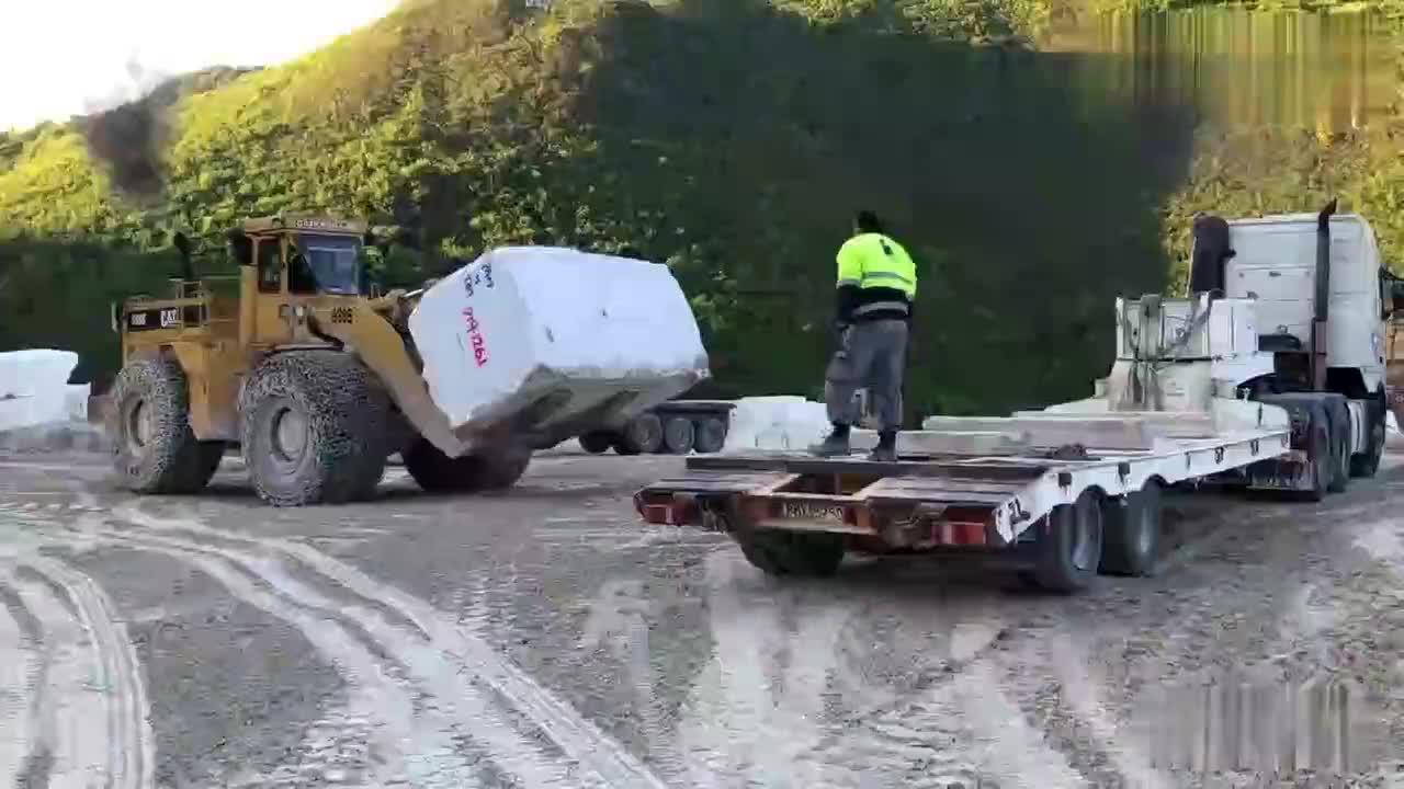 实拍,采矿场几十吨的大理石装车,网友:大铲车就是霸气!
