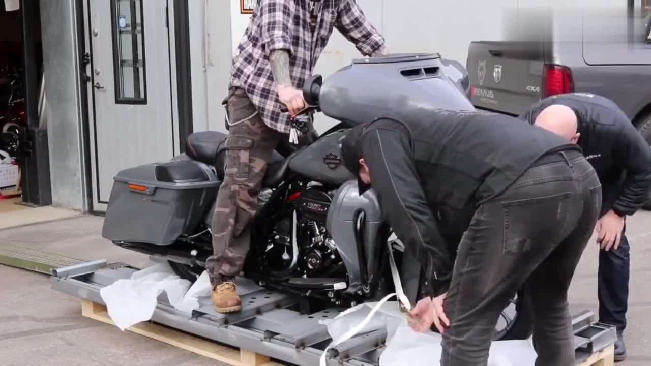 小伙网购了一辆哈雷摩托车,开箱试一下,你觉得如何?