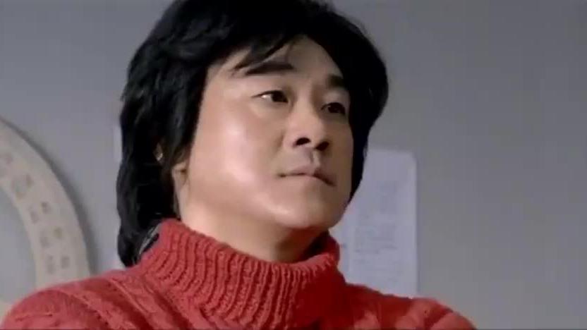 影视:穷小子大热天穿着军大衣,怎料脱下外套之后,女孩傻了!