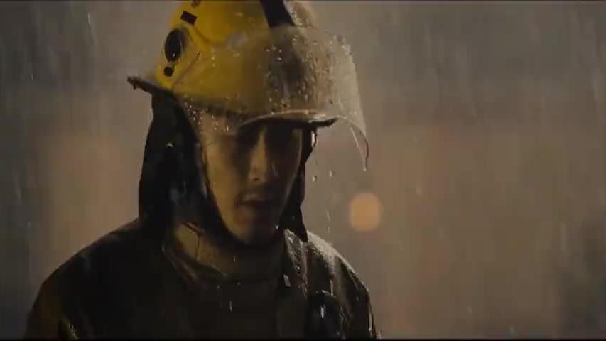 发电站发生爆炸把通道全堵住了,不料消防员机智一招打开缺口